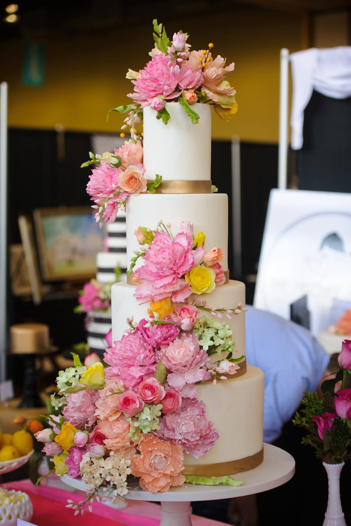 40 wedding cake designs with elaborate fondant flowers modwedding. Black Bedroom Furniture Sets. Home Design Ideas